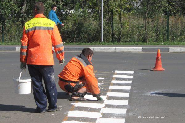 Нанесение разметки на улице Корнеева
