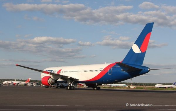 Самолет авиакомпании AzurAir