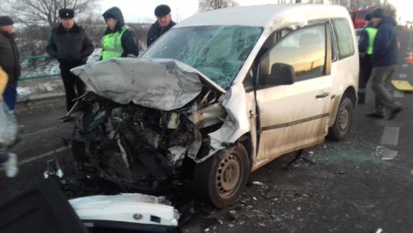 Огнеборцы Ленинского территориального управления вытащили пострадавших из искореженных в результате аварии машин