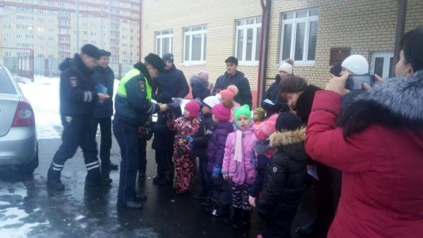 Детям вручили световозвращающие элементы.