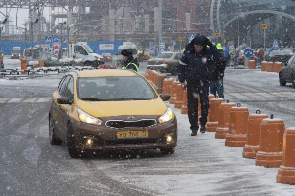 Проверка нелегальных таксистов в аэропорту Домодедово
