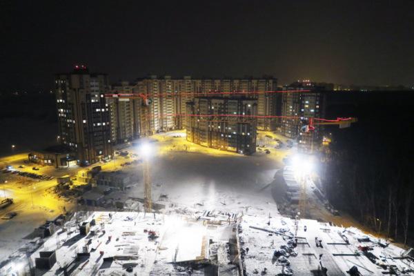 Неоновые огни зажглись на 8 башенных кранах в г.о. Домодедово