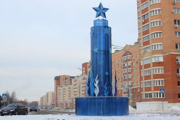 Новогодняя стела на улице Лунной