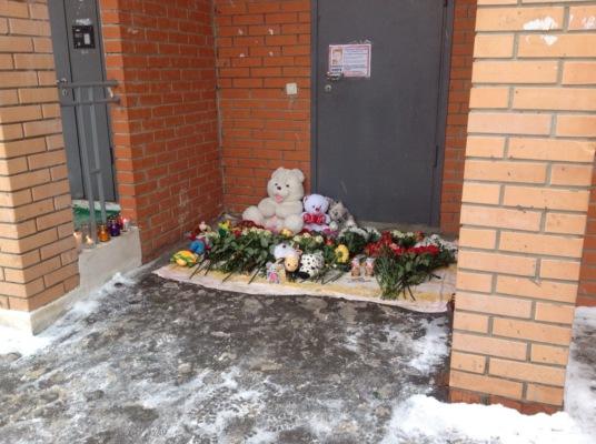 Домодедовцы несут цветы к дому убитого ребенка