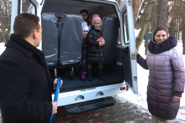 Многодетной семье подарили микроавтобус