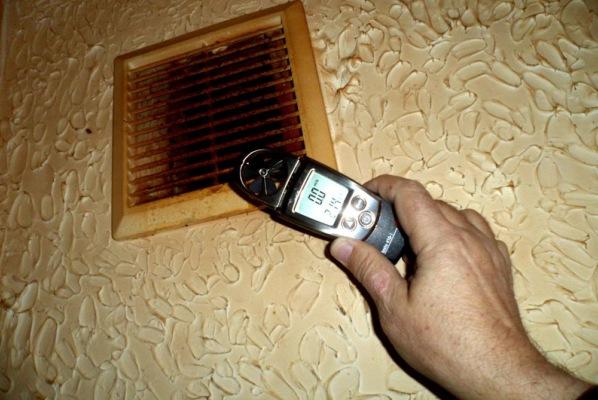Замер скорости потока воздуха в системе вентиляции анемометром