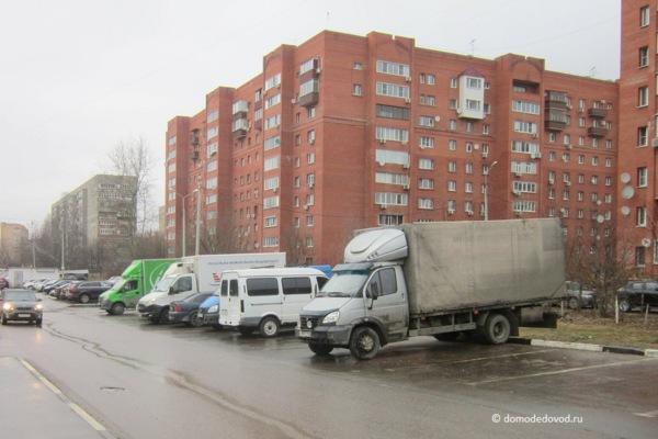 Стоянка около дома на улице Корнеева