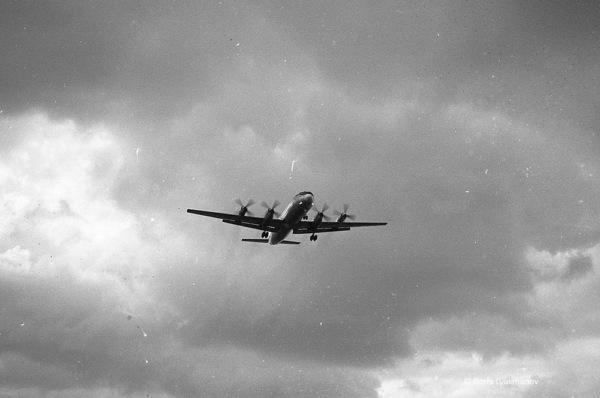 Ил-18 идет на посадку