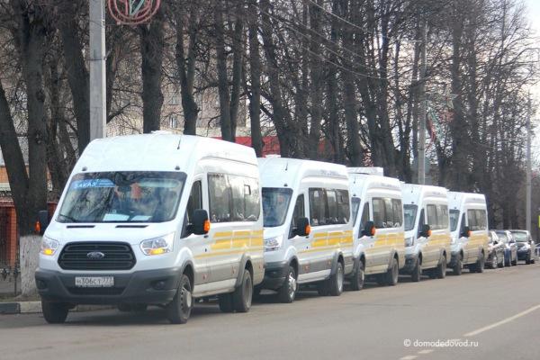 Микроавтобусы около здания УМВД