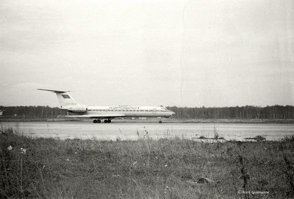 Ту-134 на рулежке перед взлетом, слева только что приземлившийся (судя по хвосту, тоже Ту-134). 1983 г.