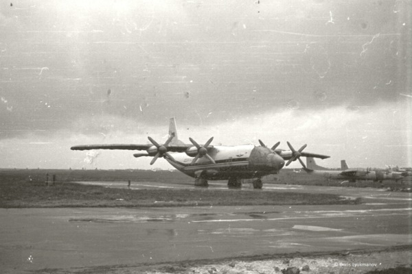 Стоянка грузовых бортов в а/п Домодедово. Ан-12, справа вдали два Ан-26 ВВС СССР. 1983 г.