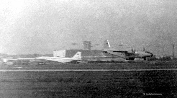 Вид с «горки» (Лямцино). Ту-144 на стоянке и Ан-8 на взлете. 1980-1981г