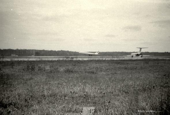 Полоса 32R. Ил-62 на посадке, Ту-154 в очереди на взлет. 1983 г.