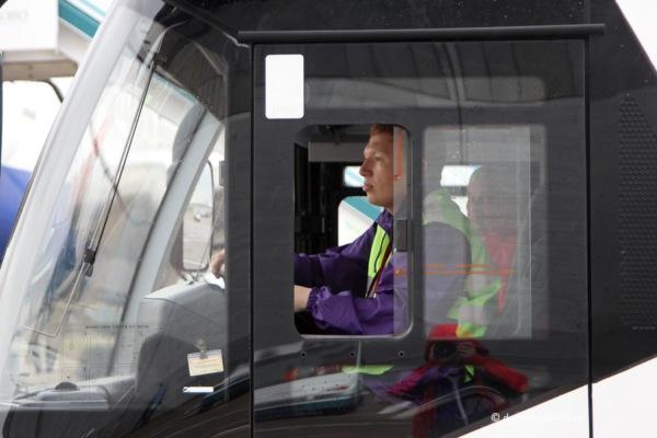 За рулем перронного автобуса студент