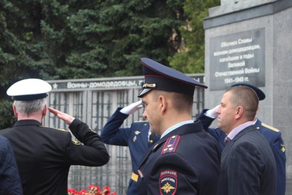 Полицейские возложили цветы