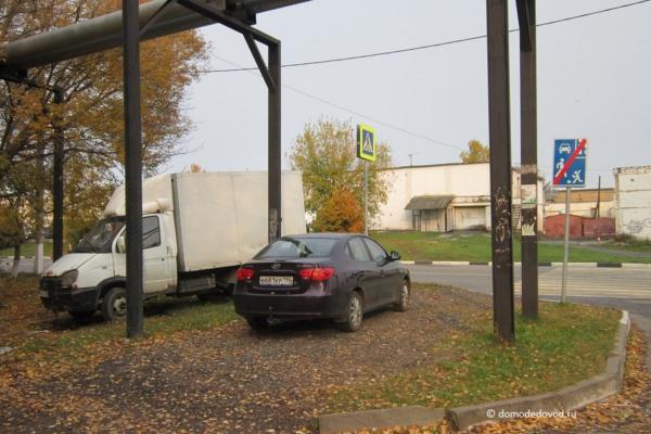 Припаркованные машины на газоне