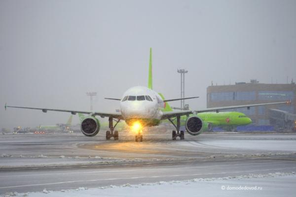 Самолет в аэропорту Домодедово зимой