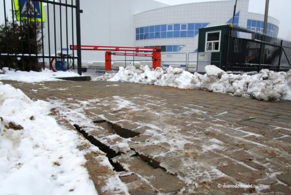 Пустоты под тротуаром у ледового дворца «Легенда»
