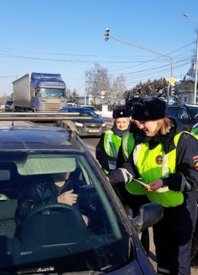 Сотрудницы ГИБДД поздравили водителей