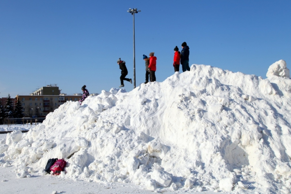 Снежная куча на площади 30-летия Победы