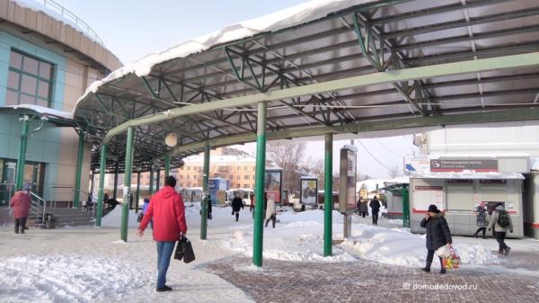Снег на козырьке на станции
