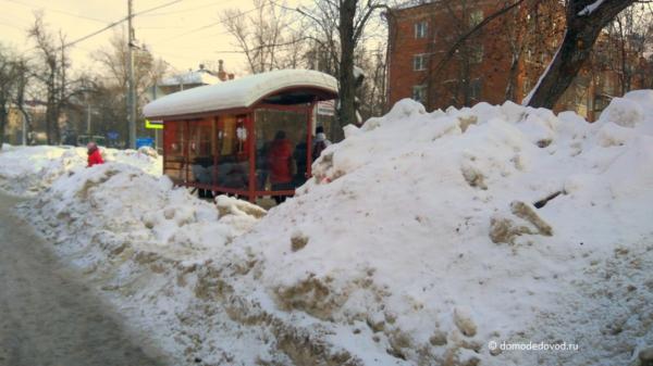 Неубранный снег около автобусной остановки