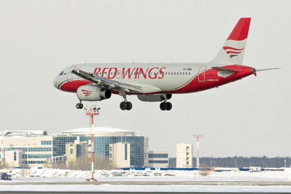 Самолет авиакомпании Red Wings в аэропорту Домодедово