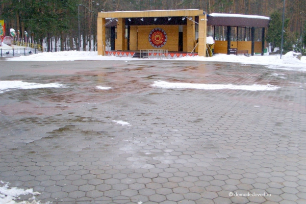 Уборка снега в парке Елочки в Домодедово