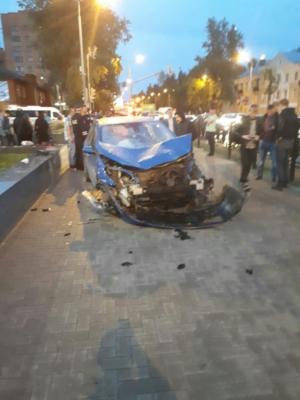 Авария на Каширке: машину после столкновения вынесло на тротуар, сбили пешеходов