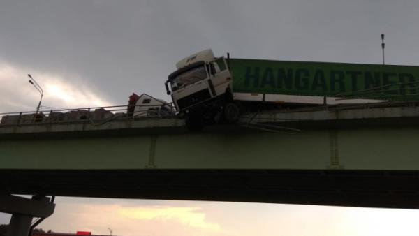 На мосту в Домодедово повисла фура