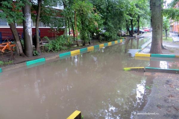 Двор Каширки после дождя