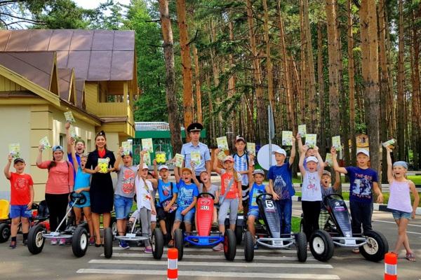 Сотрудники Домодедовской Госавтоинспекции проводят практические занятия на веломобилях в автогородке в парке Елочки