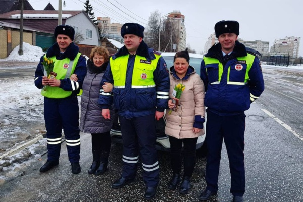 ГИБДД поздравила женщин с 8 марта