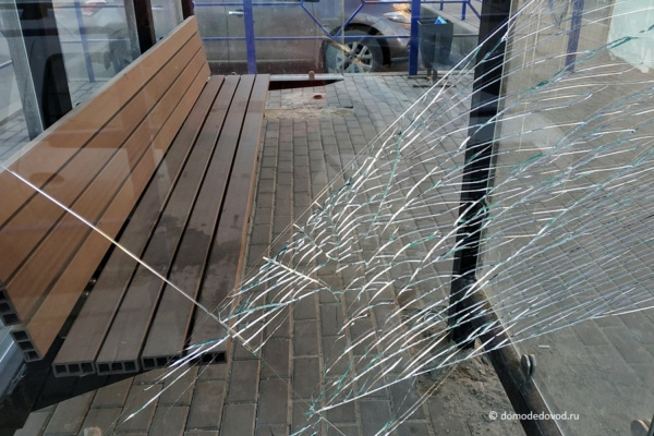 Разбитое стекло на остановке