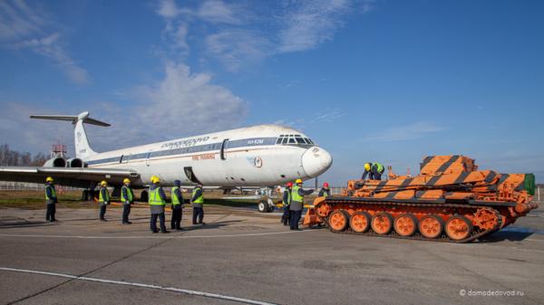 Танковый тягач в аэропорту Домодедово