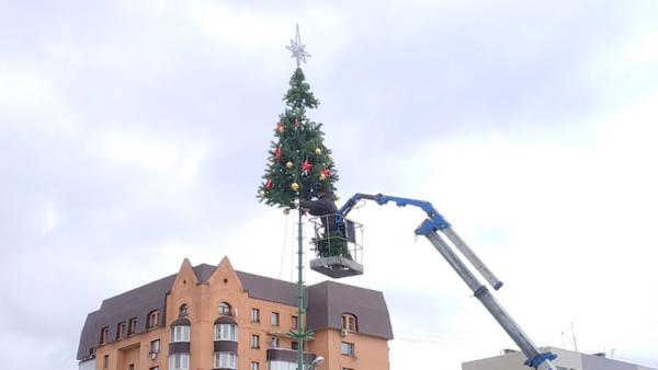 Разобрали елку на площади