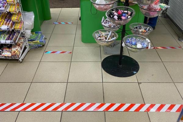 Работающим магазинам и аптекам рекомендовано нанести линии разметки для соблюдения покупателями социальной дистанции в 1,5 метра