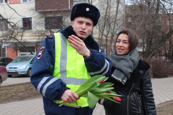В Домодедово полицейские провели акцию «Цветы для автоледи»