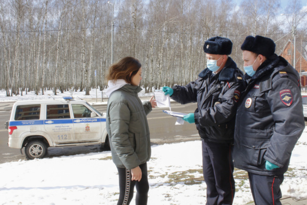 Полицейские УМВД России по г.о. Домодедово проводят профилактические беседы с жителями