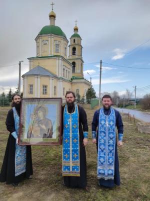 Священники с иконой