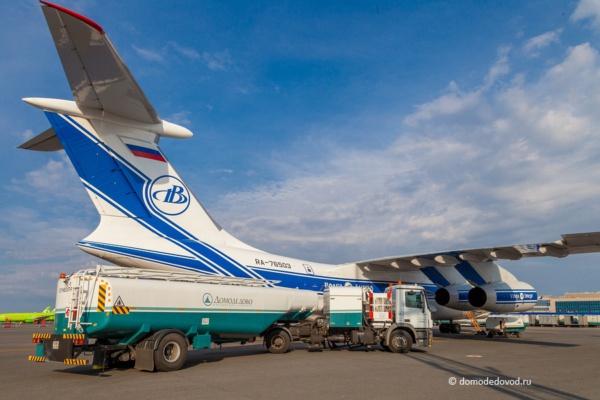 Заправка самолета в аэропорту Домодедово