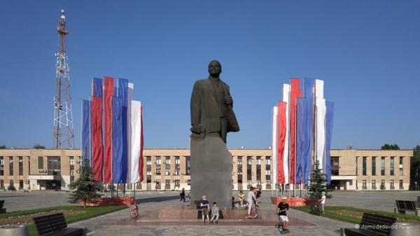 Администрация городского округа Домодедово, памятник Ленину