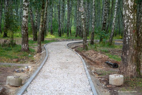 Строящаяся дорожка в парке