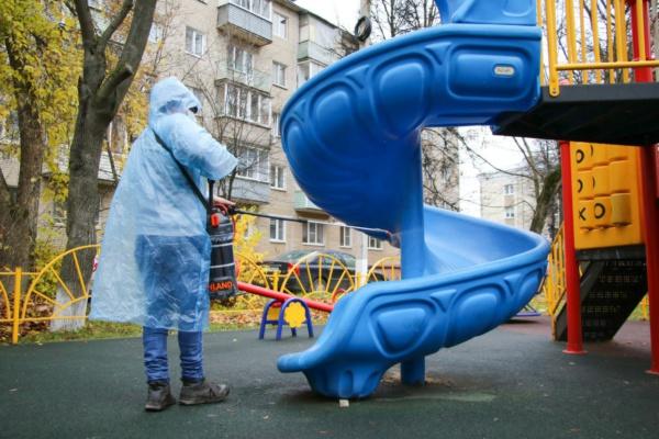 Управляющие компании продолжают обработку детских игровых и спортивных объектов