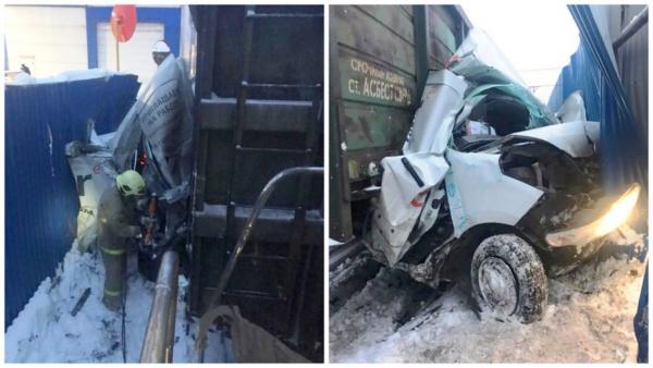 В Домодедово спасли водителя фургона, столкнувшегося с поездом