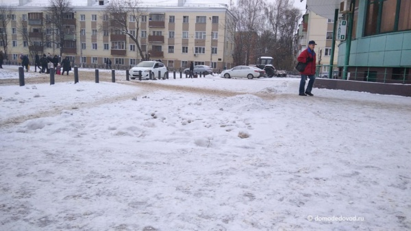 Уборка снега около вокзала