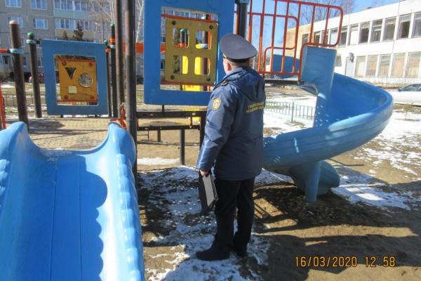 Инспектор Госадмтехнадзора на детской площадке
