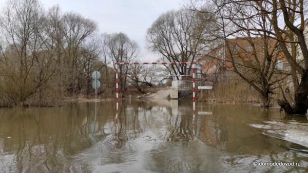 В Домодедово затопило мост через реку Рожайка