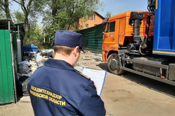 Инспектор Госадмтехнадзора у контейнерной площадки