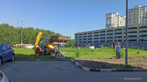 Место строительства уже огораживают забором.